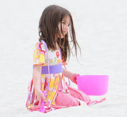 Suri Cruise brinca na areia em praia de Miami (18/6/2011)