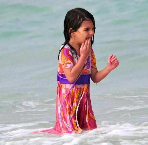 Suri Cruise faz uma careta após mergulho em uma praia de Miami (18/6/2011)