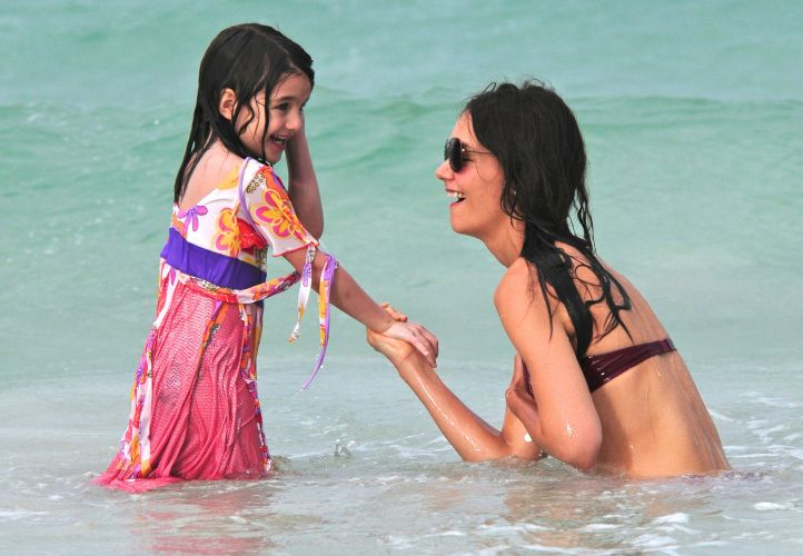 A atriz Katie Holmes e a filha Suri se divertem durante banho de mar em praia de Miami (18/6/2011). A família Cruise passou junta o Dia dos Pais nos Estados Unidos