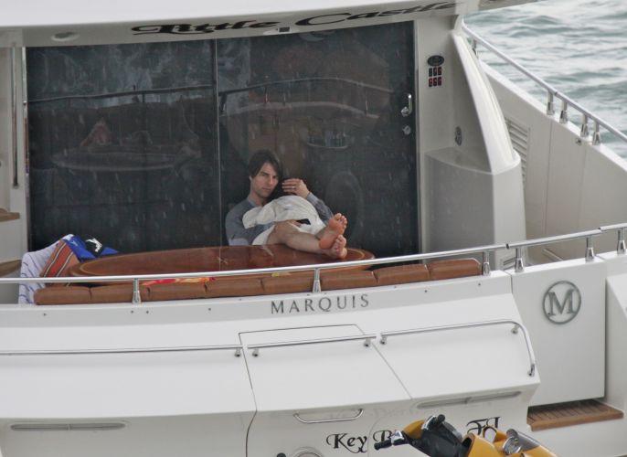 No fim de semana do Dia dos Pais nos Estados Unidos, o ator Tom Cruise abraça a filha Suri em um iate em Miami (18/6/2011)