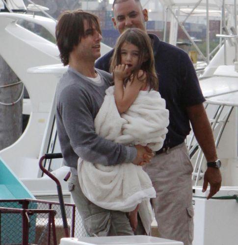 O ator Tom Cruise passa o fim de semana do Dia dos Pais nos Estados Unidos com a filha Suri e a mulher Katie Holmes em um iate em Miami (18/6/2011)