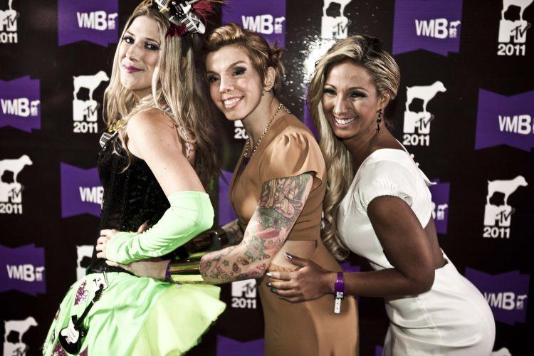 Dani Calabresa, Penélope e Valesca Popozuda dançam e posam para os fotógrafos (20/10/2011)