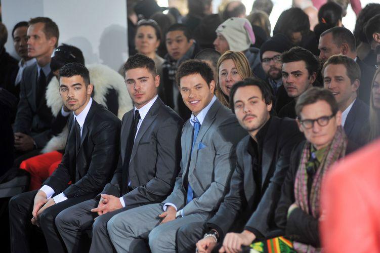 Zac Efron assiste desfile masculino da Calvin Klein ao lado de Joe Jonas, Kellan Lutz e Jack Huston, em Nova York (13/02/2011)