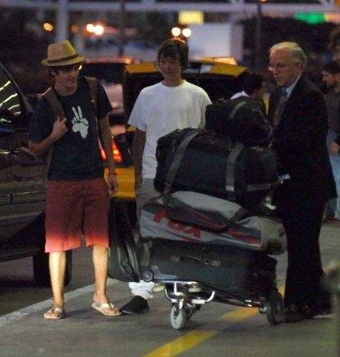Zac Efron viaja para Nova York com a família. O pai e o irmão acompanham o ator (16/07/2007)